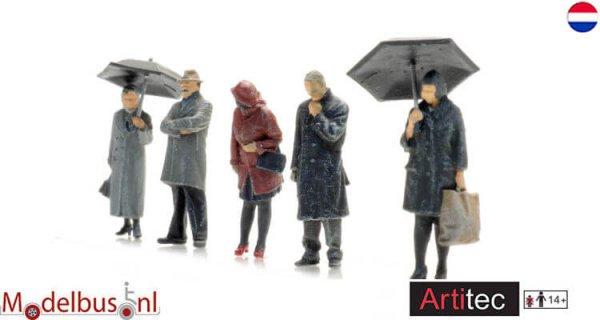 Artitec 58700023 passagiers in de regen
